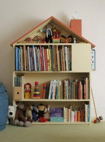 Una estantería con forma de casita
