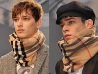 Burberry le da un nuevo estilo a sus bufandas