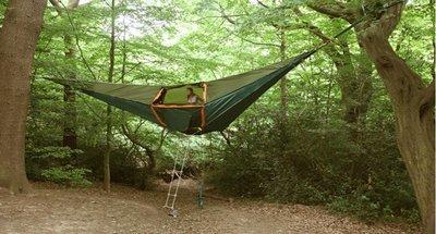 Tensile: una tienda de campaña flotante entre árboles