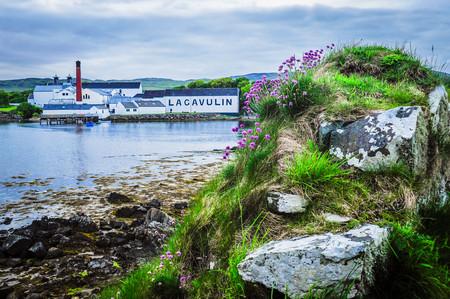 Foto 01 La Destileria Escocesa De Lagavulin En La Bahia Homonima En Islay