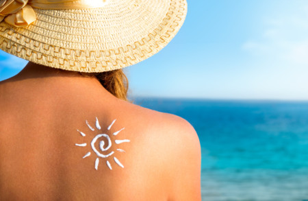 Protégete en la playa: cómo elegir y aplicar el protector solar
