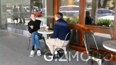 Steve Jobs y Eric Schmidt discutiendo en el campus de Apple
