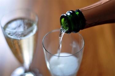 Cómo se debe verter el cava o champaña en una copa
