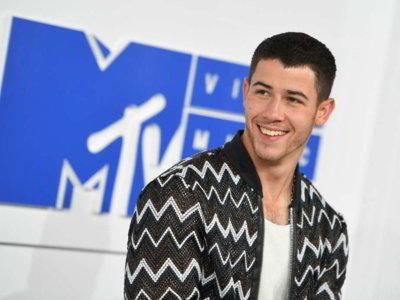 En la red carpet de los MTV #VMAs, la bomber jacket triunfó como parte de los looks