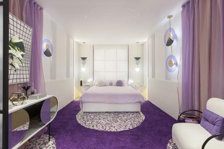 Dormitorio de diseño en violeta
