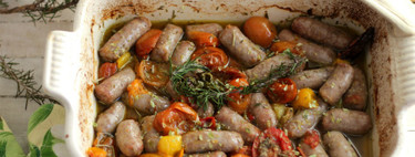 Salchichas horneadas con tomates surtidos y guindilla, receta al estilo de Jamie Oliver