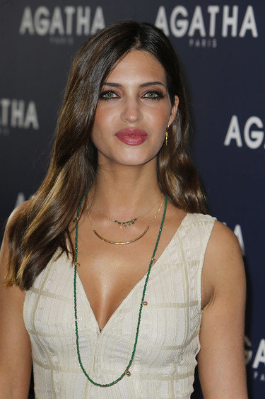 """Sara Carbonero nos traslada (un poco) al esperado verano con este vestido ibicenco de """"primera clase"""""""