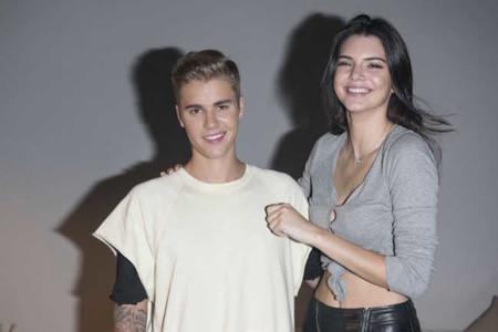 Justin Bieber vuelve a los escenarios (de manera ocasional) enfundado en un look Calvin Klein Jeans y acompañado de Kendall Jenner