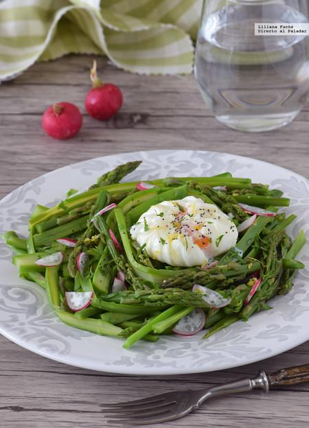 Ensalada templada de espárragos verdes con huevo poché. Receta saludable