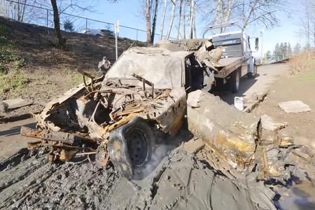 Hay gente que está rescatando coches abandonados en un río: desde un Mazda RX-7 hasta un Ford Mustang comidos por el óxido