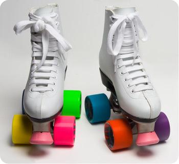 Coloridos patines de cuatro ruedas, el regreso a los 80