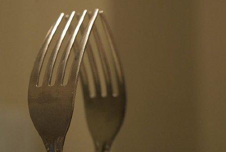 Usa tenedores grandes, platos pequeños y vasos altos y delgados para comer menos