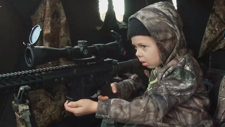 Un niño con un arma