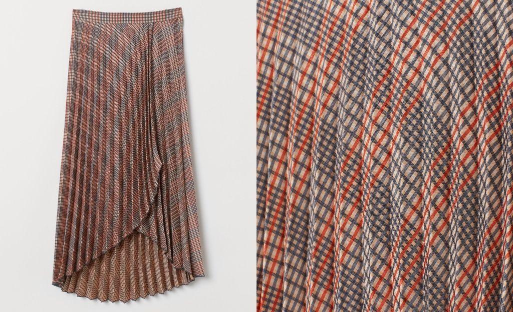 Falda plisada en tejido de jacquard. Modelo de talle alto con frente cruzado cosido, cremallera oculta y botón en un lateral, y bajos asimétricos.