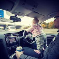 Un padre le ha hecho fotos a su hija en un montón de situaciones extremas, pero son por una buena causa