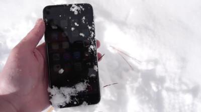 El nuevo test de resistencia de moda estas navidades: Enterrar un iPhone 6 Plus en la nieve