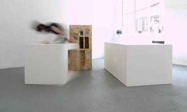 Sorprendentes muebles acoplables en piedra acrílica y tablero de Studio Polpo para Bloc Projects