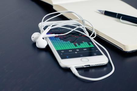 Casi la mitad de los españoles escucha música en 'streaming' según un estudio de AIMC: principalmente de radios, YouTube y Spotify