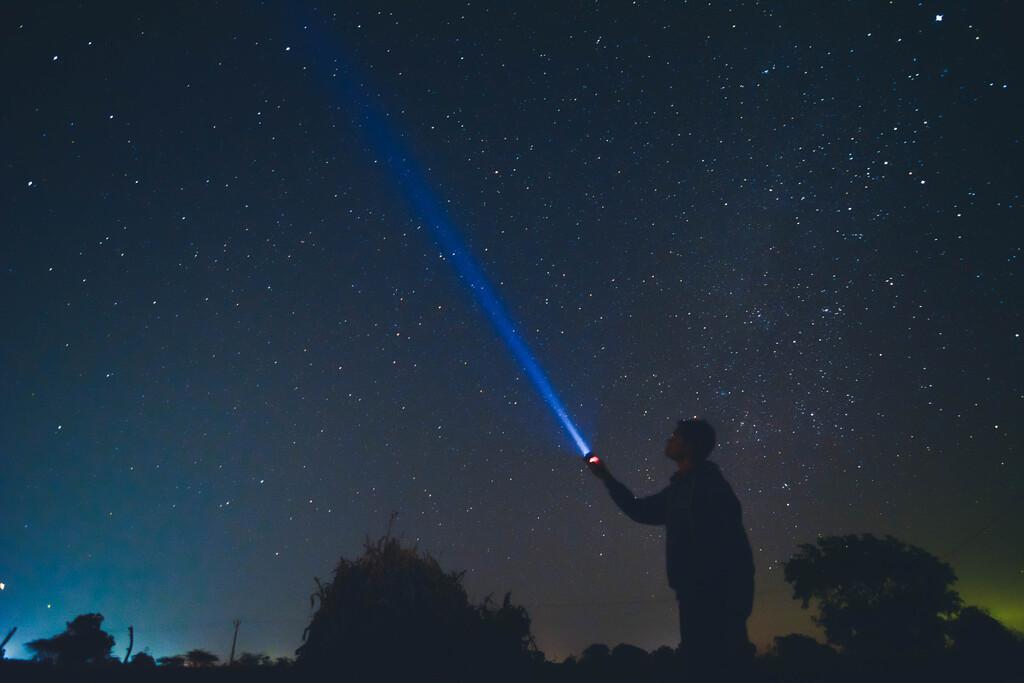 Viajar a la velocidad de la luz por el Sistema Solar puede ser extremadamente lento, y estas animaciones lo demuestran