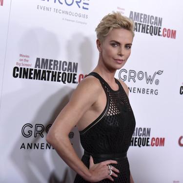 Charlize Theron elige un trabajadísimo vestido de cuero firmado por Dior para aparecer en los American Cinematheque Awards