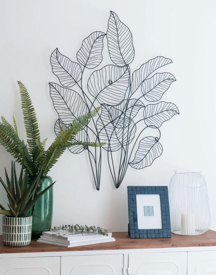 Decoración de pared con hojas de metal calado negro