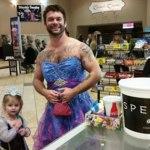 Su sobrina quería ir de princesa a ver Cenicienta pero le daba vergüenza: ¡él se vistió también de princesa!