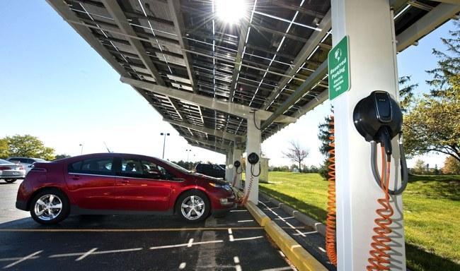Chevrolet Volt y aparcamiento con cargador solar
