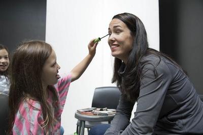 Imágenes de madres maquilladas por sus hijas