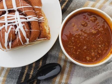 Chili con carne y rollitos de canela dulces: la (aparente) loca combinación que causa tanto furor como rechazo en EEUU