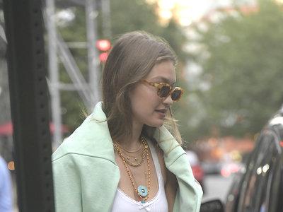 Gigi Hadid se convierte en una de las primeras en lucir la nueva colección de bolsos de Alexander Wang x Bulgari