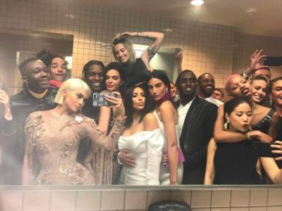 De selfies multitudinarios en el baño a truquis de belleza, así fue la Gala del MET en Redes Sociales