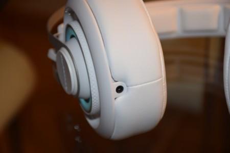 Aquí podéis ver el conector para enchufar otros auriculares en serie