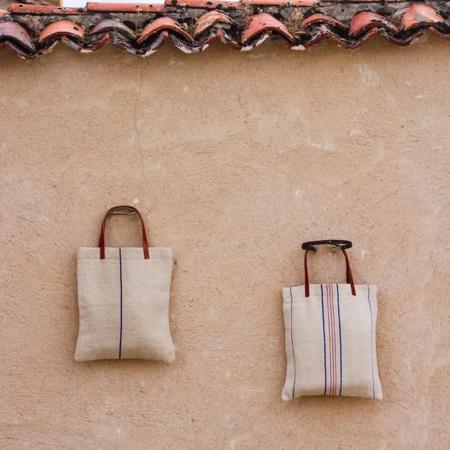Los complementos se suman a la moda del reciclaje: bolsos de saco en The Flea