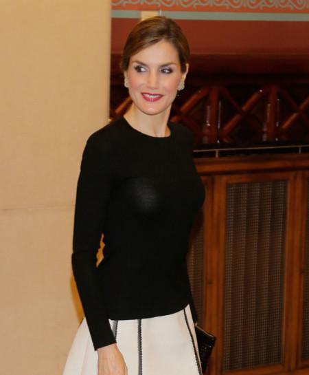 Blanco y negro, una combinación eterna para el último look de la Reina Letizia