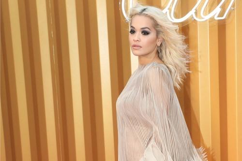 Así es el vestido con vuelo de Rita Ora que le hizo una jugarreta en la alfombra roja
