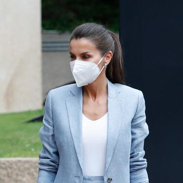 Doña Letizia consigue el perfecto look working girl con un traje de lino de estreno