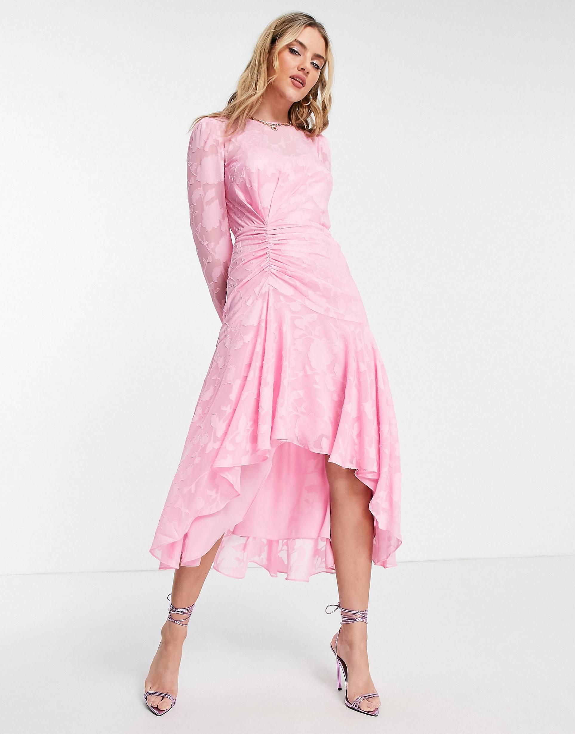 Vestido midi rosa asimétrico con cintura fruncida.