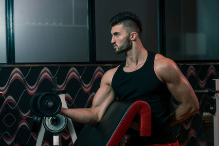 Marcar músculo pesas