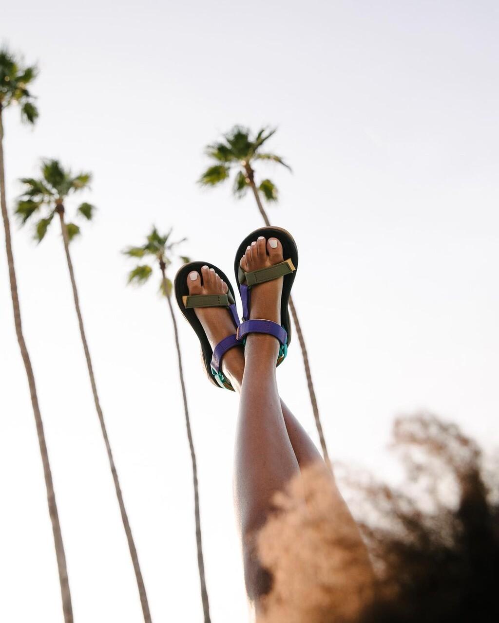 Para nuestras rutas de senderismo o para caminar por la ciudad...cinco sandalias muy prácticas de la firma Teva