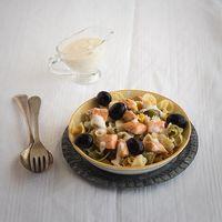 Ensalada de pasta, salmón y salsa ligera al eneldo, receta fácil y rápida
