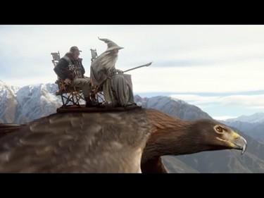 Si vuelas a la Tierra Media, Elijah Wood te enseña a abrochar el cinturón