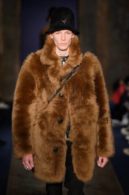Menos 'brrr' y más fur (pero sintético): el detalle de pelo es un must de temporada