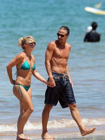 Britney Spears presumiendo de tipín y de novio a la vez por las playas de Hawaii