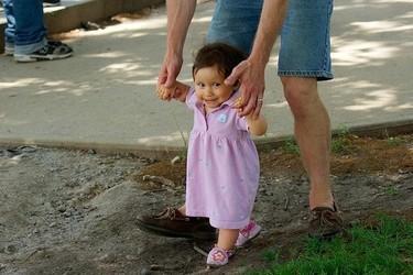 Consejos de seguridad en la calle con bebés que empiezan a caminar