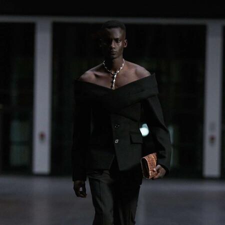 Después de las faldas, triunfa en París el efecto Off-Shoulder (que simula un escote) en el desfile de GmbH