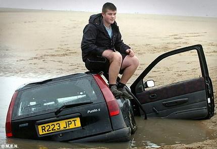 Sam Hamilton, un adolescente que dejó su Fiat Punto en la arena: ¿será cosa del apellido?