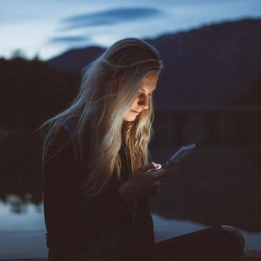 Qué es el modo oscuro de tu móvil y cómo puede ayudarte usarlo en tus dispositivos