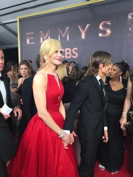 Nicole Kidman impacta en los Premios Emmy 2017 con un vestidazo rojo