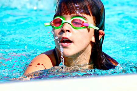 niña en natación Sports World