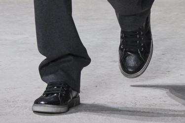 Once sneakers de pasarela para llevar con el perfecto total black look de invierno